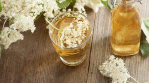 Ce se întâmplă în corp dacă consumi doua pahare de vin în care ai pus câteva flori de soc!