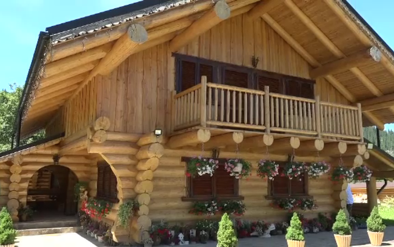 Casele bucovinene din lemn, comandate în toată Europa. Costă doar 20.000 de euro