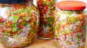 Salată de ardei iuți cu ceapă, la borcan, fără conservanți. E bună de-ți lingi degetele
