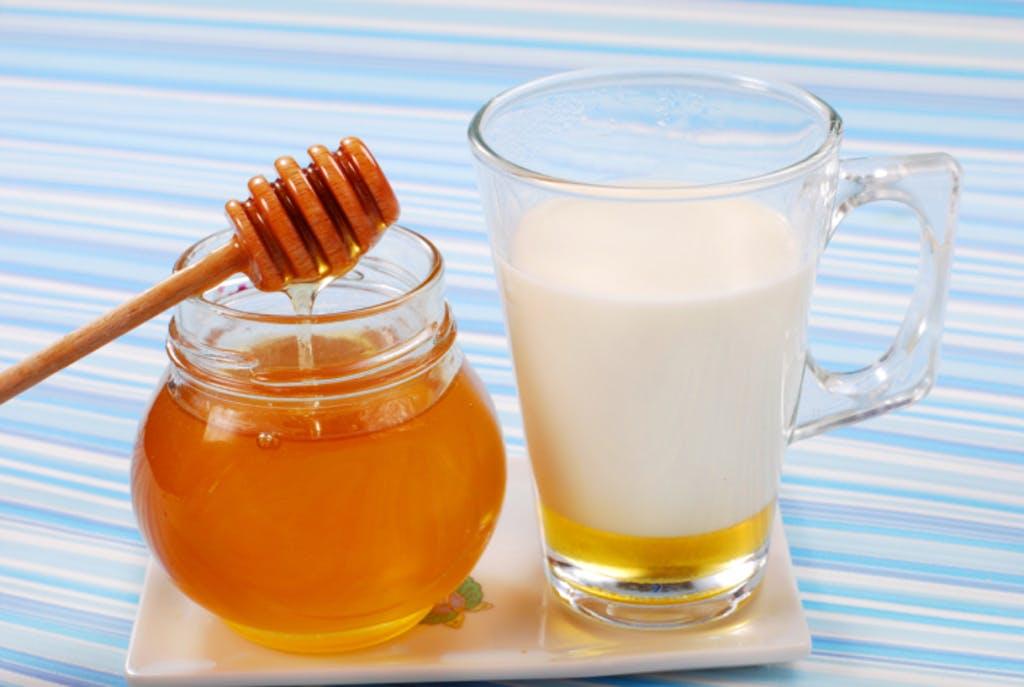 9 beneficii importante al laptelui cald cu miere