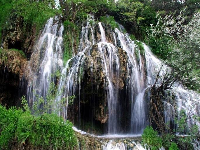 Un loc unic în Europa!! Cascada cu apa termala care își schimba mereu culoarea se afla in Romania